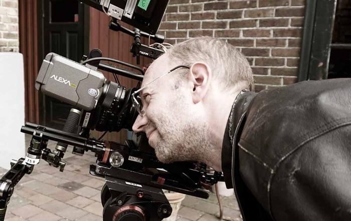 Simon Möller tittar i kameran